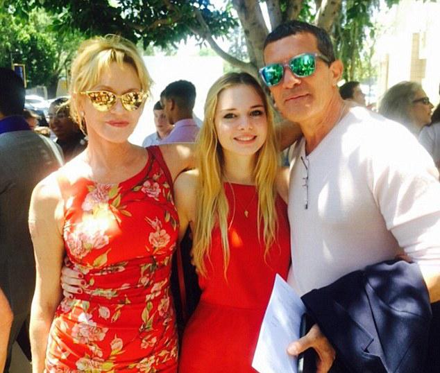 Stella bên bố mẹ trong lễ tốt nghiệp trung học năm 2016.