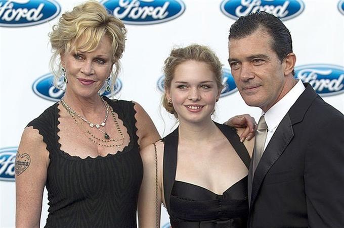 Sau khi bố mẹ ly hôn năm 2014, cô sống cùng mẹ ở Los Angeles.