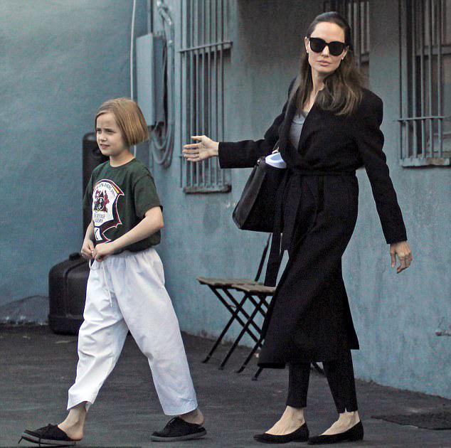 Tờ ET đăng tin hôm 26/3, Angelina đang gặp gỡ một doanh nhân bất động sản có ngoại hình chững chạc, điển trai. Mối quan hệ chưa thực sự nghiêm túc nhưng khiến nữ diễn viên cảm thấy vui hơn sau những ngày cô đơn, chống chếnh. Trước thông tin này, Angelina hoàn toàn giữ im lặng. Đại diện của cô cũng từ chối phản hồi.