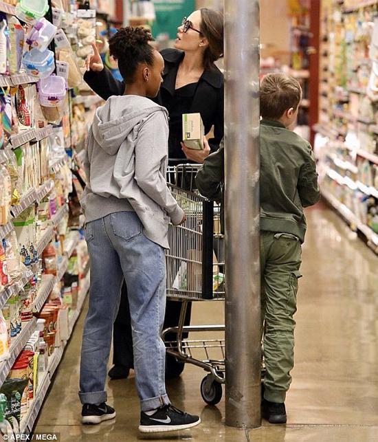 Nữ diễn viên đưa bé Zahara và Knox đi siêu thị mua sắm vào cuối tuần qua.