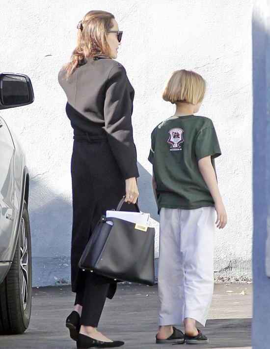 Jolie xách theo túi đựng xấp kịch bản phim. Dự án điện ảnh gần nhất của cô là phần hai phim Maleficent, dự kiến khởi quay vào cuối năm nay.