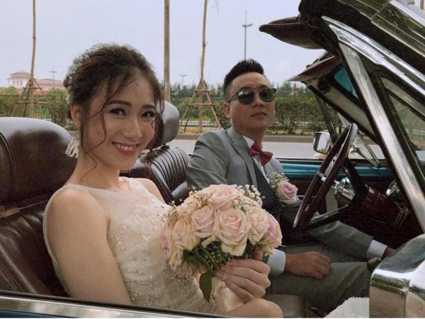 Trong ngày chính thức nên vợ nên chồng, hot girl diện soiree trắng như nàng công chúa ngọt ngào, còn Justa Tee lại ra dáng chú rể sành điệu.