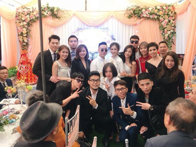 Ca sĩ Phương Ly (ở giữa, hàng trên) cũng bay từ TP HCM ra Hà Nội để chúc mừng bạn thân.