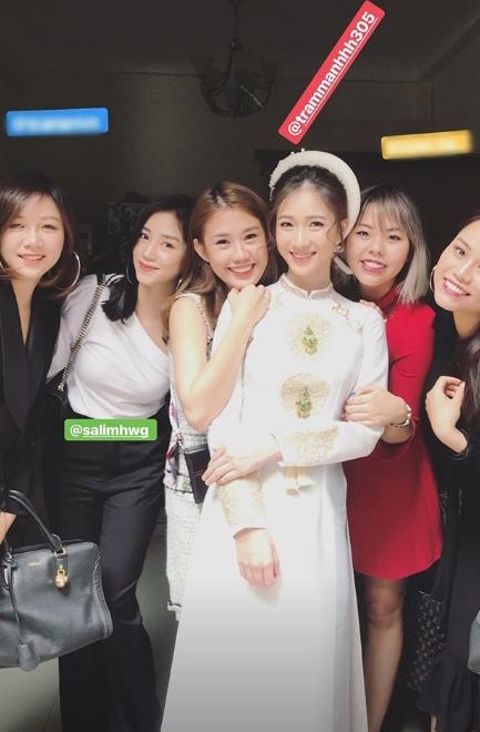 Hot girl Salim (thứ hai từ trái sang), hot girl Ngọc Thảo (thứ ba từ trái sang) và những người bạn thân đều có mặt trong ngày Trâm Anh về nhà chồng.