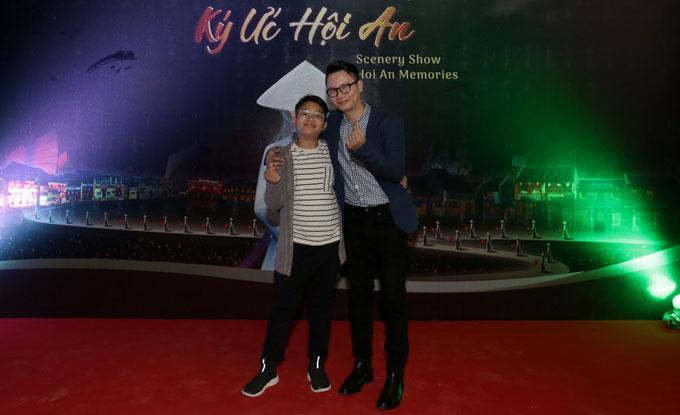 Nam ca sĩ Hoàng Bách đưa con trai tới xem vở diễn thực cảnh để hiểu hơn về lịch sử, văn hóa và con người Việt Nam.