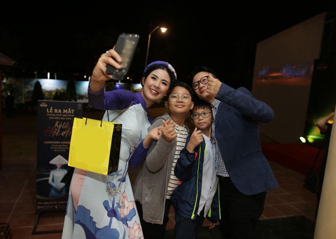 Hoa hậu Ngọc Hân vui vẻ selfie khi gặp gỡcha con Hoàng Bách.