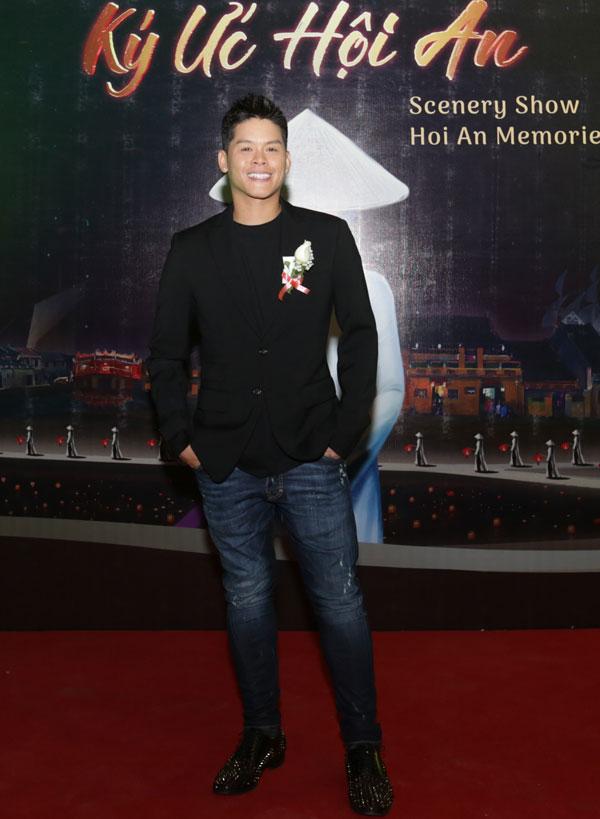 Biên đạo múaJohn Huy Trần bảnh bao khi diện quần jeans kết hợp áo vest đen thanh lịch.