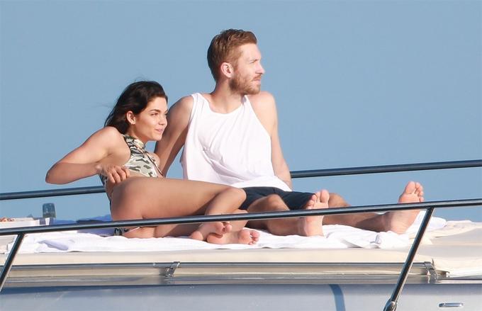 Calvin Harris và cô bạn gái Aarika Wolf nằm phơi nắng trên du thuyền ở Cabo hôm 27/3.