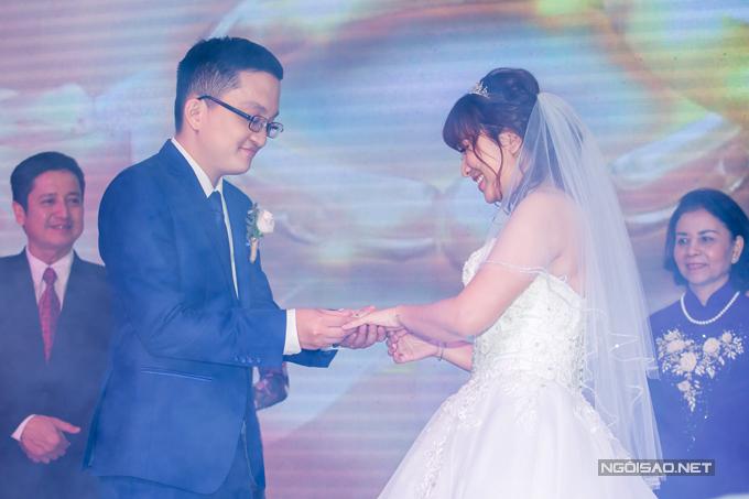Trong khoảnh khắc hai con trao nhẫn cưới, thề nguyện sẽ yêu thương, chung sống hoà thuận, Chí Trung mỉm cười mãn nguyện.