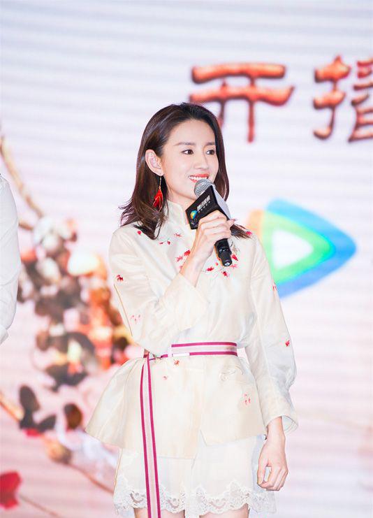 Ngày 27/3, Đổng Khiết dự buổi họp báora mắt phim Tam Quốc Cơ Mậttại Bắc Kinh. Phim sẽ được chính thức chiếu trênTencent từ