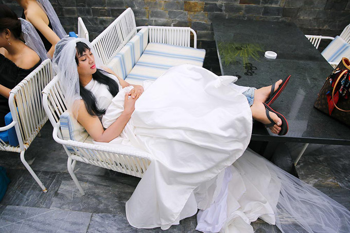 Làm việc trong thời tiết nóng bức, cộng thêm việc mặc váy cưới nhiều lớp, Hoài Lâm mệt lử và ngủ gật ngay trên phim trường.