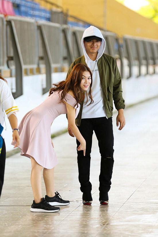 Hoài Lâm chân sưng tấy vì đi giày cao gót khi giả gái