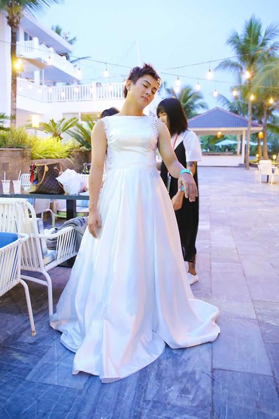 Cũng trong phim, Hoài Lâm còn có cảnh mặc váy cưới, hóa thân thành cô dâu xinh đẹp. Từng giả gái nhiều lần trên sân khấu Gương mặt thân quen nên nam ca sĩ khá thoải mái khoác soiree, đội tóc giả.