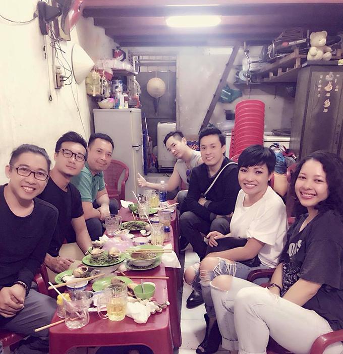 Chị Chanh Phương Thanh và anh Hai Lam Trường hội ngộ cùng bạn bè đi ăn quán bình dân.