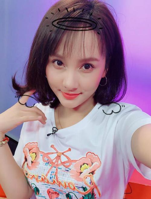 Đảm nhận vai trò MC trong một chương trình trẻ trung, Bảo Thanh cưa sừng làm nghé, ăn mặc xì tin để phù hợp.
