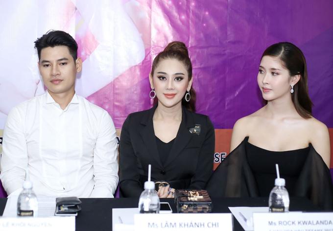 Người đẹp Lâm Khánh Chi (giữa) tham gia buổi giao lưu cùng Á hậu Rock, nam vương Khôi Nguyên và nhiều bạn trẻ chuyển giới khác.