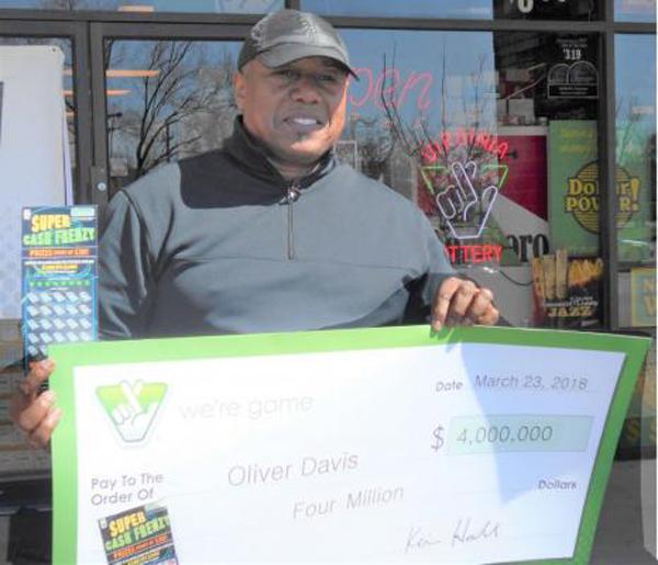 Ông Oliver Davis Jr. đi nhận giải thưởng hôm 23/3. Ảnh: UPI