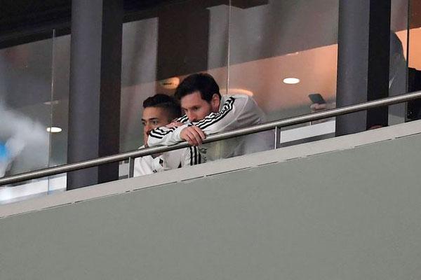 Messi ngán ngẩm ngồi trên khán đài sân  Wanda Metropolitano