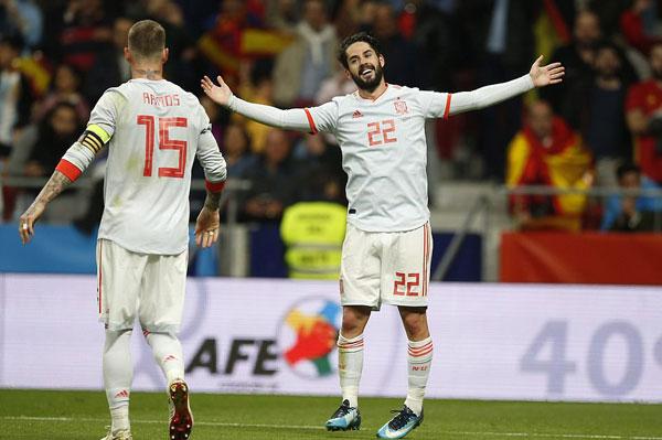 Isco lập hattrick cùng với các pha ghi bàn của Diego Costa, Thiago và Iago Aspas tạo nên chiến thắng tưng bừng cho Tây Ban Nha.