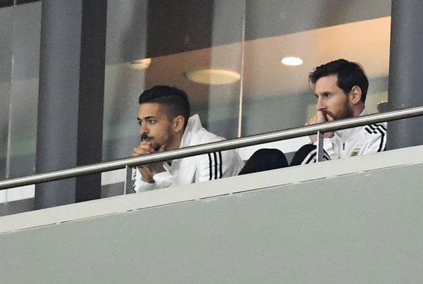 Siêu sao Barca trầm ngâm, bất lực nhìn đồng đội bị Tây Ban Nha lấn lướt