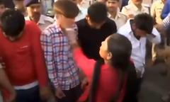 Bốn thanh niên Ấn Độ bị bắt diễu phố, ăn roi vì tội cưỡng hiếp
