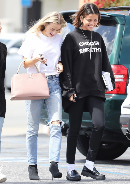 Selena dành thời gian đi chơi, đến nhà thờ với bạn bè suốt cả tháng nay. Chuyện chia tay với Justin Bieber vào đầu tháng 3 không khiến nữ ca sĩ buồn lòng. Vào tuần trước, khi Selena đi du lịch ở Sydney, Justin đi chơi thâu đêm với cô gái khác, thậm chí còn đưa người đẹp này về biệt thự của anh ở qua đêm. Nguồn tin cho rằng giọng ca Sorry cố tình ở bên người con gái khác để gây sự chú ý với Selena hoặc khiến cô nổi cơn ghen nhưng Selena không màng bận tâm.