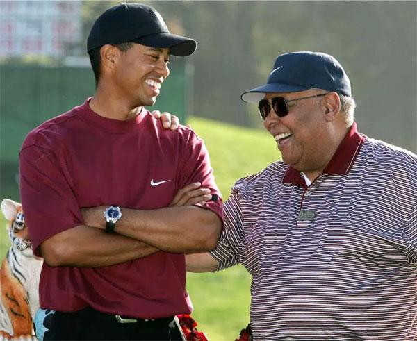 Tiger Woods và bố, ông Earl Woods.