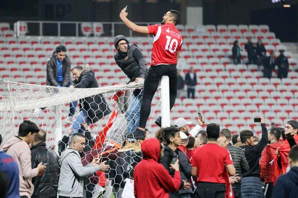 Các CĐV áo đỏ ăn mừng như thể đội nhà vô địch World Cup.