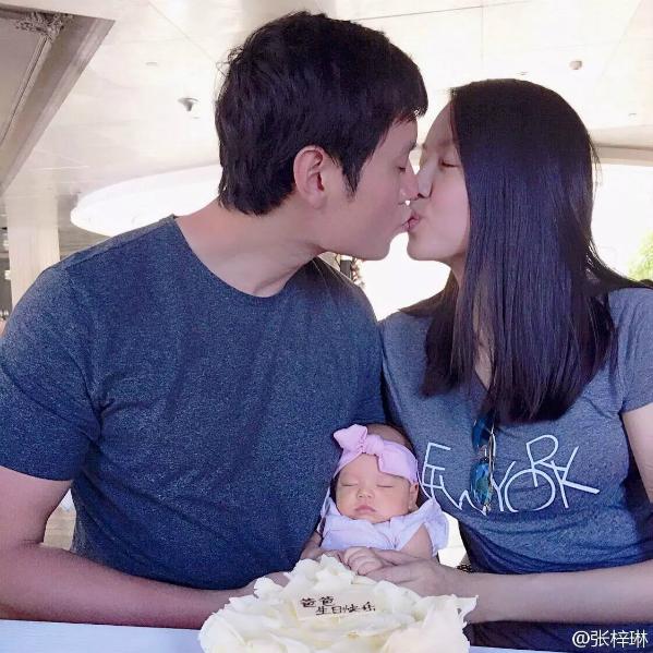 Vợ chồng Trương Tử Lâm chụp ảnh trong ngày sinh nhật của con gái. Ảnh: Weibo