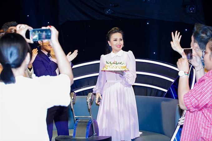 Ngày 30/3 là sinh nhật của Cẩm Ly. Trong buổi ghi hình vòng tiếp theo của chương trình Tuyệt đỉnh song ca nhí 2018 mà nữ ca sĩ làm giám khảo, mọi người đã bất ngờ mang bánh kem đến chúc mừng chị.