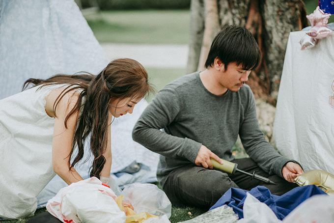 Nữ diễn viên và ông xã James Ngô tự tay chuẩn bị mọi thứ để trang trí cho buổi tiệc.
