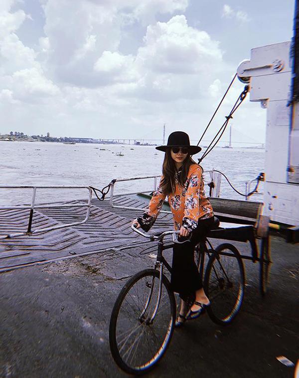 Khi có dịp về vùng sông nước miền Tây, Yến Trang chọn trang phục nhẹ nhàng với áo hoa, quần ống loe đi cùng giầy đế bệt và mũ fedora tiệp màu.