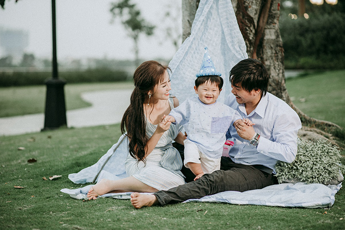 Vợ chồng Khánh Hiền đã lên ý tưởng từ trước đó một tháng, rồi cùng đi chọn từng món đồ để trang hoàng buổi tiệc.