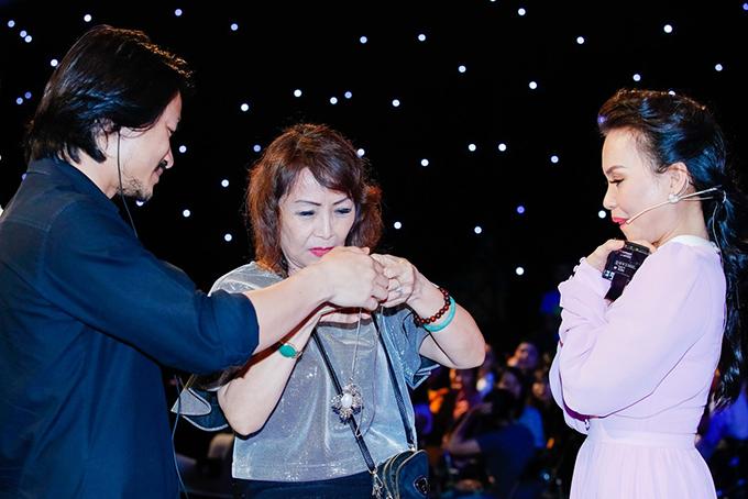 Trong buổi ghi hình còn có tổng đạo diễn Hoàng Nhật Nam và mẹ của anh vừa từ Mỹ về.