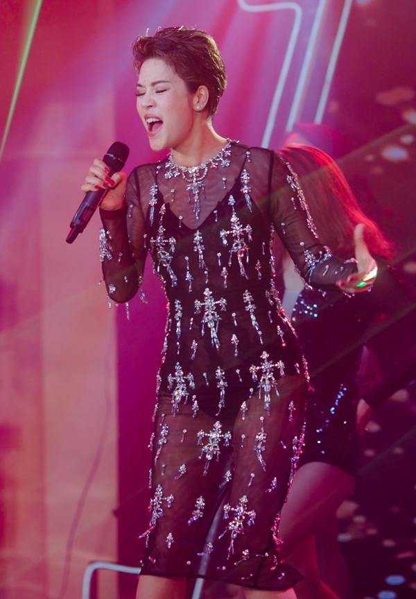 Ca sĩ Thu Phương diện váy xuyên thấu, biểu diễn phiêu linh trong sự kiện ở miền Trung.