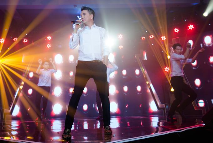 Mr Đàm cũng khuấy động chương trình với các ca khúc sôi động cùng vũ đoàn.