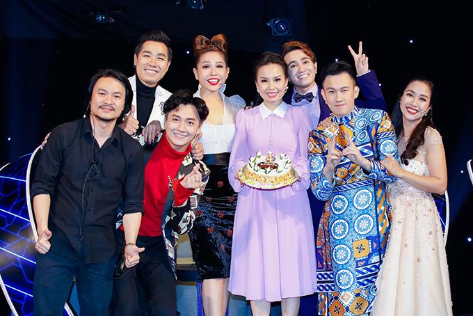 Tổng đạo diễn Hoàng Nhật Nam, MC Nguyên Khang cùng các giám khảo Ngô Kiến Huy, Khả Như, Huỳnh Lập, Dương Triệu Vũ và Ốc Thanh Vân lên sân khấu hát Happy birthday.