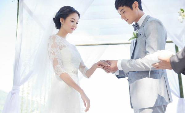 Trương Tử Lâm hạnh phúc khi được bạn đời trao nhẫn trong hôn lễ.