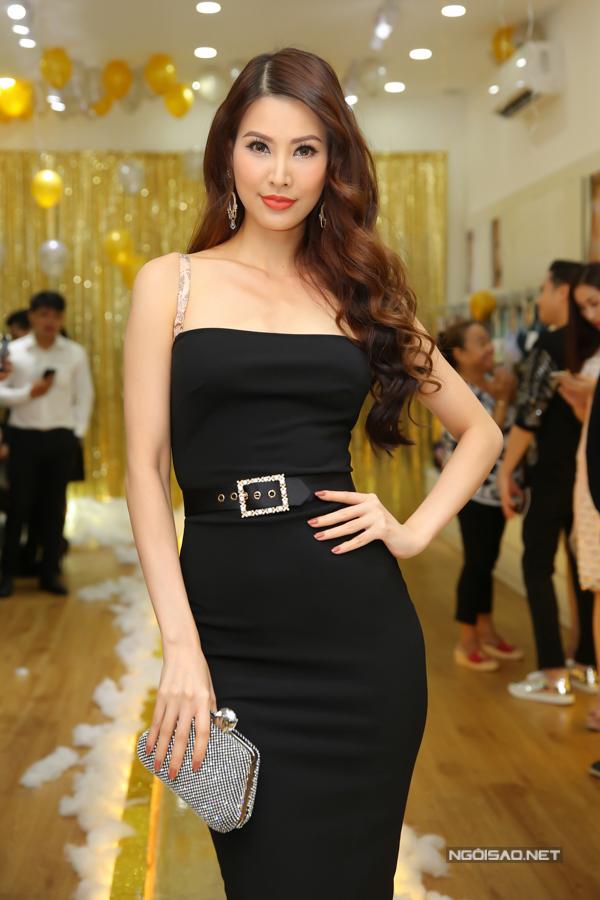 Người mẫu Thanh Hoài chọn váy ôm khít eo để khoe dáng bên dàn người đẹp.