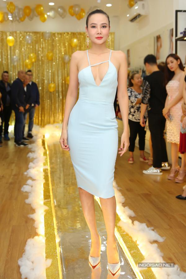 Dương Yến Ngọc khoe vòng một gợi cảm với váy cut out sexy.