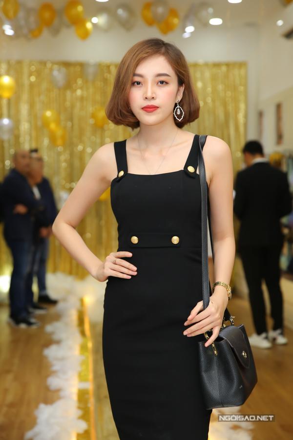 Người mẫu Mi Lê chọn tông đen cho toàn set đồ để thể hiện phong cách hài hoà cùng các người mẫu trẻ.