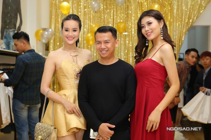 Đạo diễn thời trang Tạ Nguyên Phúc và hai người mẫu trẻ.