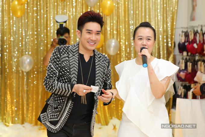 Ca Quang Hà vui mừng khi là khách mời nhận được phần quà đặc biệt khi tham gia bốc thăm trúng thưởng.