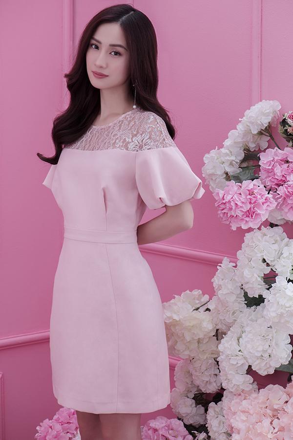 Váy lụa phối ren đi cùng chi tiết xếp tây bồng cho các bạn gái yêu gam hồng ngọt ngào và tôn vẻ đẹp nữ tính.