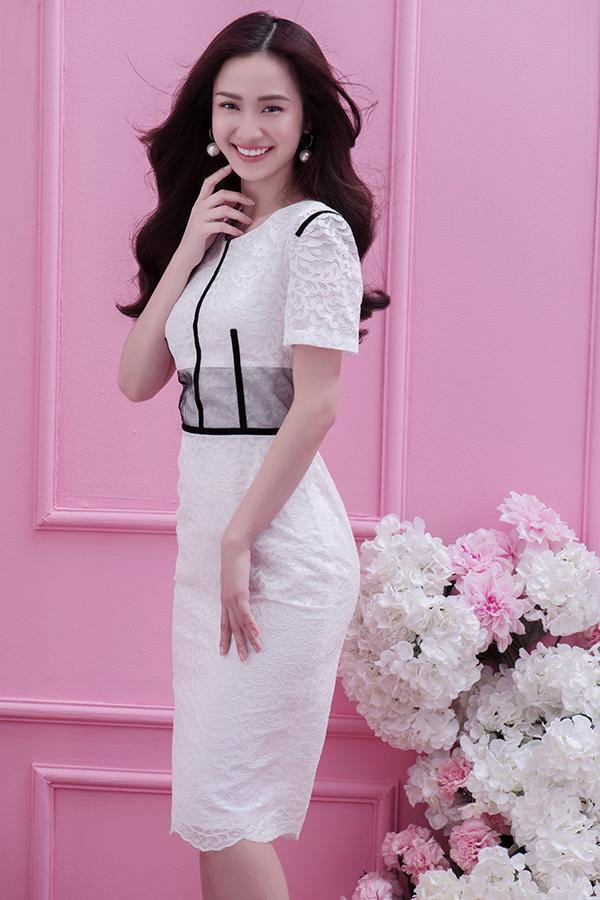 Váy cocktail trên chất liệu ren trắng được thêm những điểm nhấn nhá ấn tượng bằng đường kẻ sọc màu sắc tương phản.
