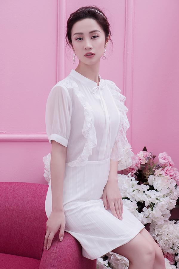 Sắc trắng thanh nhã được thêm đường nét điệu đà của mốt sơ mi bèo nhún được ưa chuộng ở mùa hè năm nay.