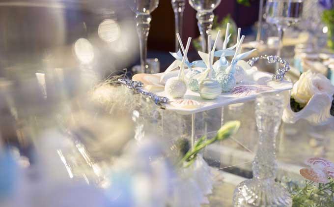 Những viên kẹo trang trí trên bàn lễ tân được đặt riêng để có màu sắc hài hòa cùng tổng thể chung.