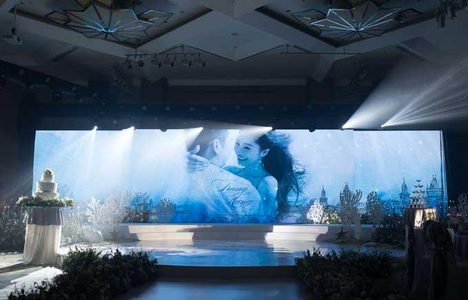 Sân khấu chínhđược thiết kế hình tròn mang ý nghĩa về sự tròn trịa trong hạnh phúc. 80 m2 màn hình led được dựng lên để trình chiếu ảnh cưới của cô dâu chú rể.