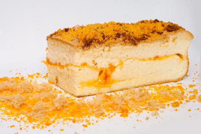 Với thành phần nguyên liệu là đường, bột mì, trứng và các loại hương liệu kết hợp lại với nhau, tạo ra nhiều mùi vị mới, cùng màu sắc đẹp mắt cho chiếc bánh.