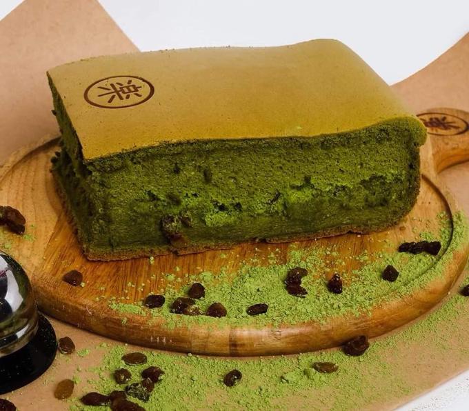 Bánh kết hợp nho đen, phù hợp với những cô nàng thích vị thơm ngon của trà xanh matcha.